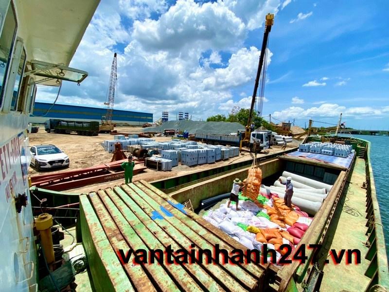 hàng hóa xếp lên tàu để vận chuyển hàng đi côn đảo
